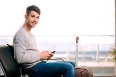 英俊的人在机场 库存照片