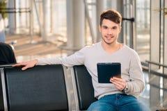 英俊的人在机场 库存图片