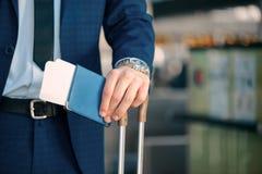 英俊的人在机场 免版税库存照片