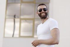 英俊的人太阳镜 免版税库存图片