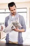 英俊的人报纸读取 免版税图库摄影