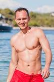 英俊的人游泳年轻人 免版税库存图片