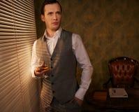 英俊的人用威士忌酒 库存图片