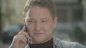 英俊的人电话联系的年轻人 接近面朝上 影视素材