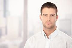 英俊的人纵向年轻人 免版税库存图片
