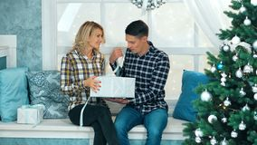 英俊的人给他的女朋友一个礼物盒 股票录像
