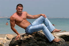 英俊的人肌肉 库存照片