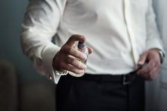 英俊的人选择香水,富人更喜欢昂贵的col 免版税库存照片