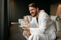 英俊的人饮用的茶 库存图片