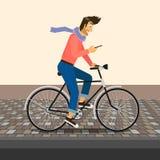 英俊的人骑自行车 免版税库存图片