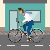 英俊的人骑自行车 免版税库存照片