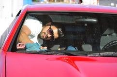 年轻英俊的人洗涤的汽车 库存图片