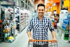 英俊的人购物在超级市场 免版税库存图片