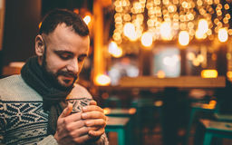 英俊的人画象拿着咖啡杯 免版税库存照片
