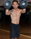 英俊的健身教练员 免版税库存照片