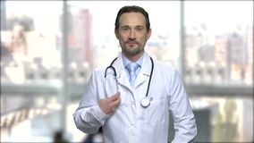 英俊的医生画象有听诊器的 股票视频