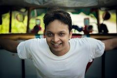 年轻英俊的印地安人的愉快的片刻 免版税图库摄影