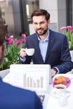 英俊的商人在咖啡馆谈话 免版税库存照片