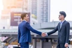 英俊的商人握手 免版税库存照片