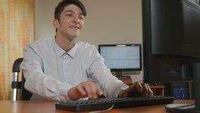 年轻英俊的商人程序员跳舞,当工作时 影视素材