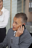 英俊的商人谈话用电话 免版税库存照片