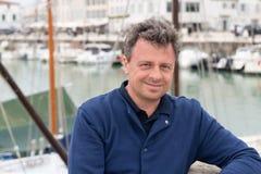 英俊的四十岁画象人在旅游业天在Ile de Re港口在法国 免版税库存图片