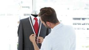 英俊的在时装模特的裁缝测量的衣服 股票录像