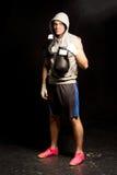 英俊的坚定的年轻拳击手 免版税库存图片