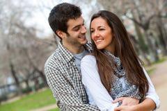 英俊的夫妇在公园。 免版税库存照片
