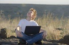 英俊的孩子看看天空 库存图片