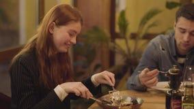 英俊的年轻人和女孩在一个日期在高级餐馆 朋友吃晚餐的可口食家饭食 股票视频