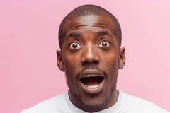 英俊的年轻人画象使非洲黑人人惊奇 免版税库存照片