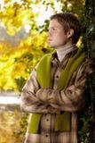 英俊的年轻人纵向在秋天公园 库存照片
