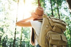 英俊的年轻旅客女孩举行定位图在手和看起来上定向方式旅行的与背包 图库摄影