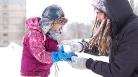 英俊的年轻爸爸和他的小逗人喜爱的女儿获得室外的乐趣在冬天 一起享受消费的时间,当时 股票录像