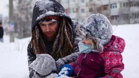 英俊的年轻爸爸和他的小逗人喜爱的女儿获得室外的乐趣在冬天 一起享受消费的时间,当时 影视素材