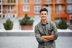 英俊的微笑的年轻人画象 看照相机的快乐的人 库存照片