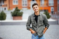 英俊的微笑的年轻人画象 看照相机的快乐的人 免版税库存图片