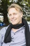 英俊的微笑的成熟白肤金发的人 免版税库存照片