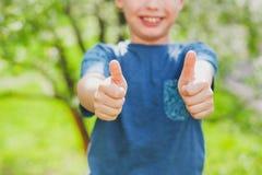 英俊的快乐的9年男孩 图库摄影