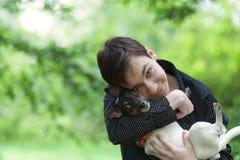 英俊的愉快的少年和狗杰克罗素画象  库存照片