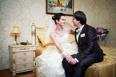 英俊的新娘和新郎在卧室 免版税库存照片