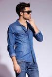 英俊的新男性模型佩带的牛仔裤衬衣 免版税库存图片