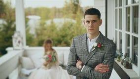 英俊的新郎在大阳台站立有重要看法 他结婚 股票录像