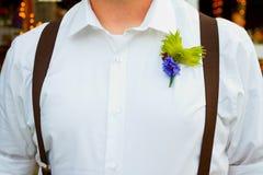 英俊的新郎在婚礼之日 免版税库存图片