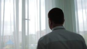 英俊的新郎通过窗口梦想看 影视素材