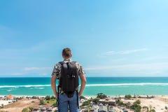 英俊的旅客人逗留在蓝色海洋背景-放松在海观点的愉快的人旁边-自由的概念和 库存照片