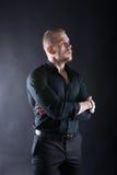 英俊的时髦的人画象严重看在未来的典雅的黑衬衣的 库存图片