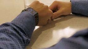 英俊的时髦的在电子手表的男性处理的时间 检查现代腕子时钟的年轻人 库存图片