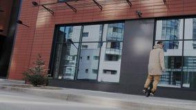 英俊的有胡子的人乘坐室外hoverboard或电自已平衡的monowheel 现代和时髦都市 股票录像
